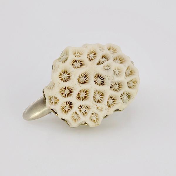 Ring DARATAN mit weißer Koralle in 935 Silber designed by Regina Schütz